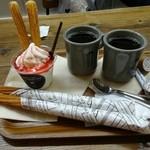 チュチュチュロスカフェ - シナモンチュロスとコーヒー(ブレンド)のセット×2と、いちごチュロサンデー