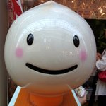台湾の焼き包子 包包亭 - 最後に、この子をパチリって撮りました。 お店のマスコットなんでしょうね。 包子のイメージで作ったんでしょうね。 名前はあるのかな? 可愛いキャラクターです、思わずナデナデしてしまいそうになります。