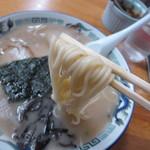 らーめん工房 龍 - 麺と膜張るスープ表面