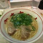 長浜屋台 やまちゃん - 本場長浜のラーメン!見た目スープが半透明でサッパリしてそうですが、旨味たっぷりです。