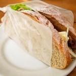 コーネル - 六白豚のローストポーク スナップえんどう 新じゃがのチーズソース ライ麦パンのサンド