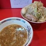 ジャンプ - つけ麺 大盛(ヤサイ・ニンニク・アブラ・ネギ・味玉) 酸味が付けられた濃厚微乳化つけ汁です。つけ麺もウマイ。