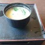 きこり - 重箱の上に味噌汁、インパクトある