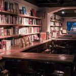 森の図書室 - テーブル席にはコンセント完備!