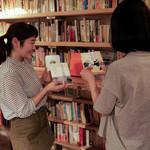 森の図書室 - 本のことじゃなくても、スタッフと気軽にお喋りしてください!