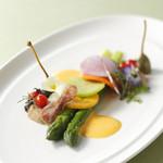 アビエント - 【グルマンディーズ】前菜:グリーンアスパラガスをオランデーズソースで いろいろなシャルキュティエールを添えて