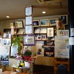 みつわ亭 - 店内にはサイン色紙や写真が飾られてました。