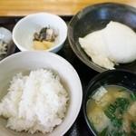 ゆがわら 一二一 - できたて豆腐ランチセット(1,000円)のできたて豆腐とごはん、味噌汁、お新香
