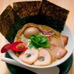 中華そば鷸 - スープを口にした時の鶏の香り飲んだ後に来るほとばしる蛤の旨み、蛤と松茸の愛称で旨み倍増!【特製中華そば】