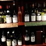 50498535 - ワインは棚に並び、説明書をみながら気に入ったモノを選べる。