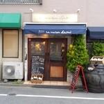 50498537 - 大通りから一本入ると、落ち着いた雰囲気の店舗がある。