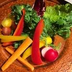 マーケットレストランAGIO - たっぷり野菜のバーニャカウダ ニンニクとアンチョビの温かいソース