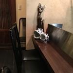 1029 - カウンター席に置かれたバリ猫