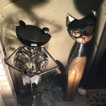 1029 - 店頭に置かれたバリ猫と猫のオブジェ