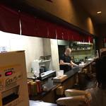 ラーメン HanaHana - 広い厨房ですね。古いけど綺麗に整理整頓されていて、好感がもてます。