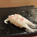 50500084 - さくらの葉で挟んで蒸した白魚の握り。桜の香りが季節を感じる。