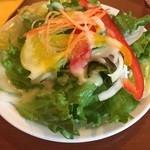 トラットリア レモン - ラザニアにはサラダが付きます。もちろんランチだと全てドリンク付くので嬉しいです。