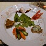 50514521 - ピクルス、玉ねぎのタルト、秋田産生ハム、とり胸肉、ブルーチーズを焼いたもの