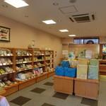 もち吉 - 鯉のぼりの絵が飾ってあったり清潔感のあるキレイな店内。