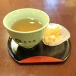 もち吉 - 入店したら、すぐに出して下さったお茶とおかき。