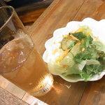 茶房 ヒロシゲ - サラダとウーロンハイ