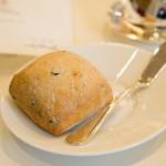 メゾン エメ・ヴィベール - お代わりのパンは黒オリーブが練り込まれてました 旦那絶賛の美味さ