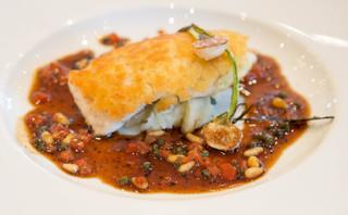 メゾン エメ・ヴィベール - メインの魚は真鯛 パン粉を乗せてトリュフをまぶしたソースです どうやってこのふわふわに仕上げるのだろう