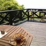小さな宿&レストラン しいの木やま - 2016/5 絶景を眺めながらのランチに惹かれつつも、お日様の恵みは「もやし」な私には暑過ぎ、建物の影のテーブル席へ移動