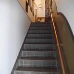 50523687 - 階段を上り、店舗へ