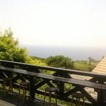 小さな宿&レストラン しいの木やま - 2016/5 ウッドデッキ席から臨む太平洋と、お隣のオートキャンプ場