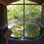 50524638 - 露天風呂。超絶技巧で作られた石の浴槽に新緑が映り込む。4人程入ることのできる広さ