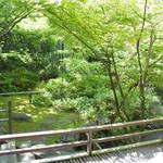 柳生の庄 - 奥行きのある緑の庭