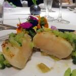 50530941 - 前菜:程よく火を入れた北海道産帆立のソテー フレッシュハーブのサラダ 華やかに