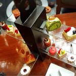 パシフィカ - マンハッタンハイティー       16個のケーキとドリンク2杯付き