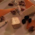 Metti,una sera a cena - チーズ盛り合わせ。ワインによく合います。