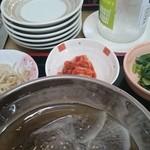 韓国家庭料理 ソナム - 定食にはナムル・キムチなど三種の小鉢が付きます。