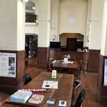 豊郷小学校旧校舎内カフェ - こちらがカフェスペース