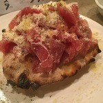 デンズキッチン - 生ハムボンバー:大迫力のピザです。贅沢で美味しいメニューです。