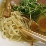 麺屋シマフクロウ - 平打ちの細麺。かなり伸びやすいので素早く食べるのがコツ。