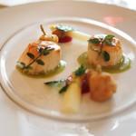 トゥールダルジャン - 帆立貝とグルヌイユのクレソンソース フランス産ホワイトアスパラガスとともに