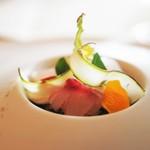 トゥールダルジャン - イサキのエピスマリネ 桜の薫香 紫アスパラガスのサラダ仕立て