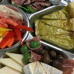 ルセット シェ イイナ - チーズ&ピクルスも充実していて、ワインを楽しむにはモッテコイです♪ (^O^)/
