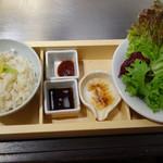 50588085 - 上質牛ハラミとツラミの鉄板焼き、新鮮野菜セットのごはん、野菜、とろろ