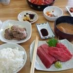 蓮花 - 中トロとほほ肉セットで1600円。ナムルとマグロの胃袋、皮、味噌汁もついてお得だった。