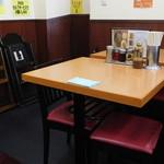 ラーメン新世 - 奥のテーブル席