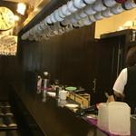備屋珈琲店 - カウンター席の様子。上から吊りさがったカップが特徴的です。