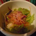 ウッディライフ - カレーにはサラダが付いています。