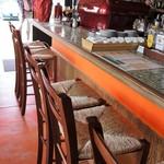 イタリアン スパニッシュ カフェ フィガロ - こちらは、入って左手のカウンター席
