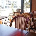 イタリアン スパニッシュ カフェ フィガロ - 入ってすぐ右側の席、籐椅子が落ち着いたムードを醸します、こちらでいただきました
