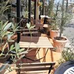 イタリアン スパニッシュ カフェ フィガロ - 道路に面したテラス席もあります
